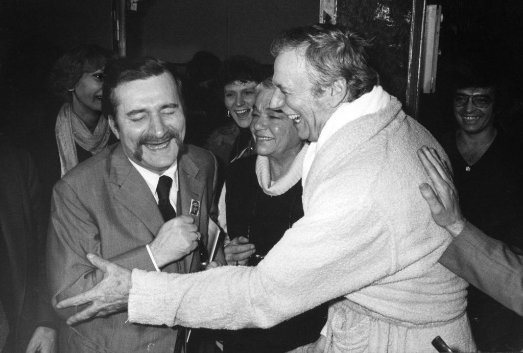 Yves Montand et Lech Walesa à l'Olympia. Octobre 1981
